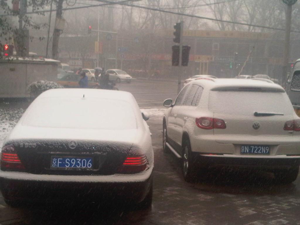 Mobil berselimut salju