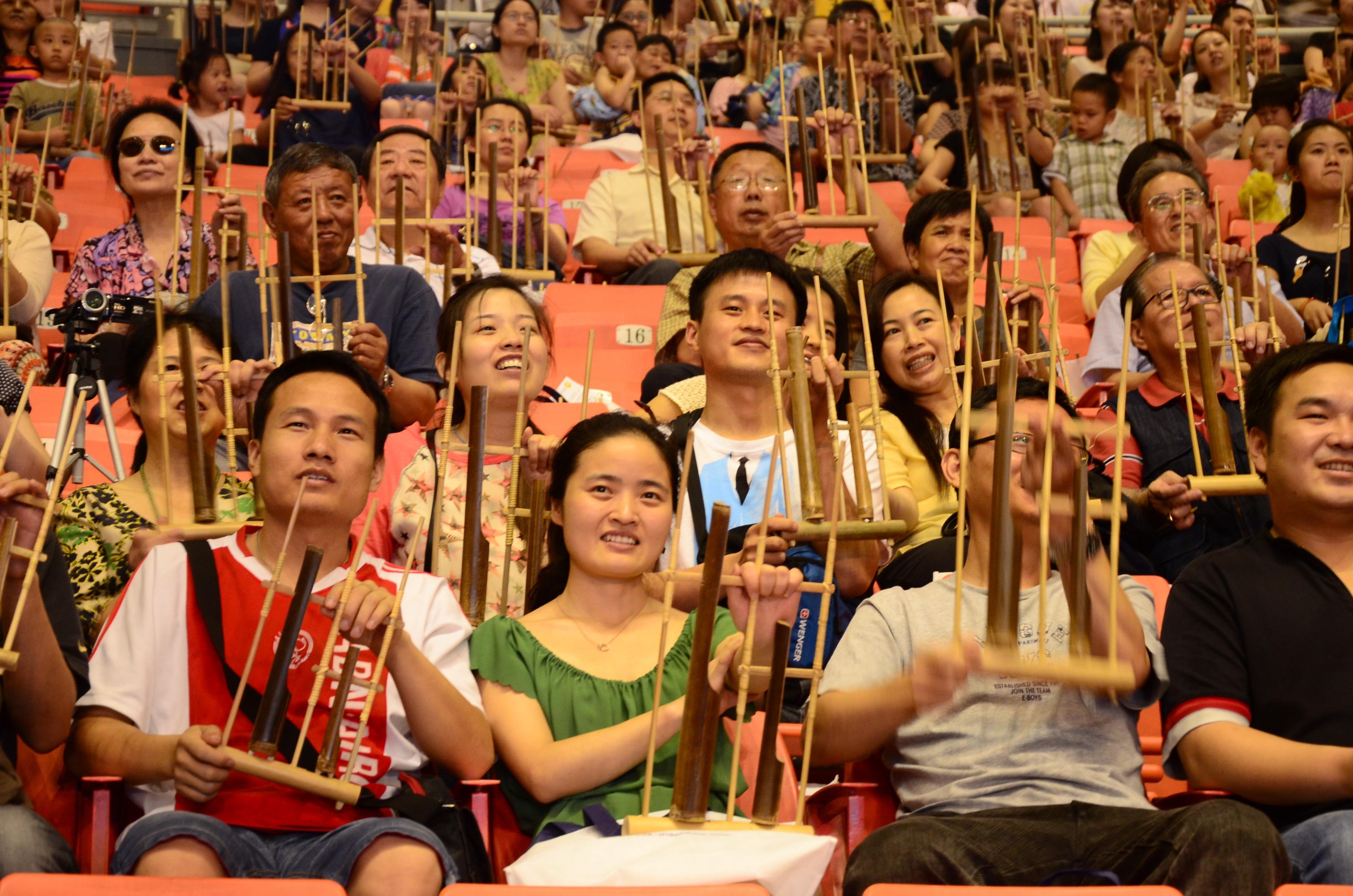 Angklung di Beijing.   Sumber:arisheruutomo.com